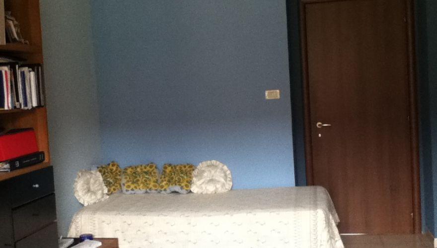 Offresi posto letto in ampia stanza